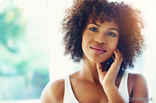 Saiba como cuidar de cabelos crespos e conquistar cachos saudáveis
