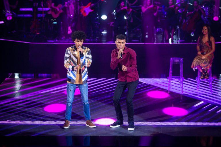 Ramon e Rafael cantam funk na Rodada de Fogo e seguem no The Voice Brasil