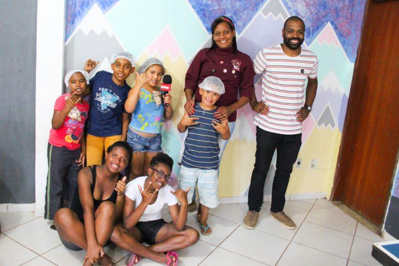 Professores voluntários mudam a rotina de crianças no bairro Pedreira, em Itabira