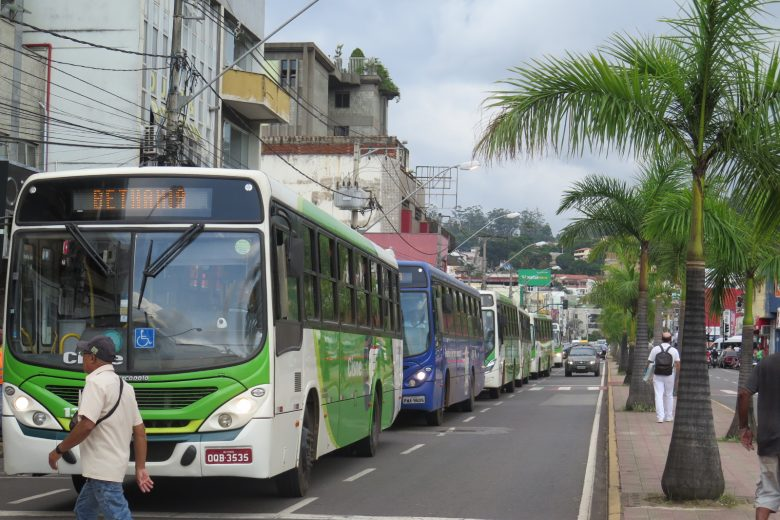 Cisne culpa gargalos no trânsito de Itabira por atraso nas viagens de ônibus