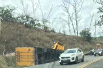 Acidente entre carreta dos Correios e carro deixa trânsito lento na BR-381