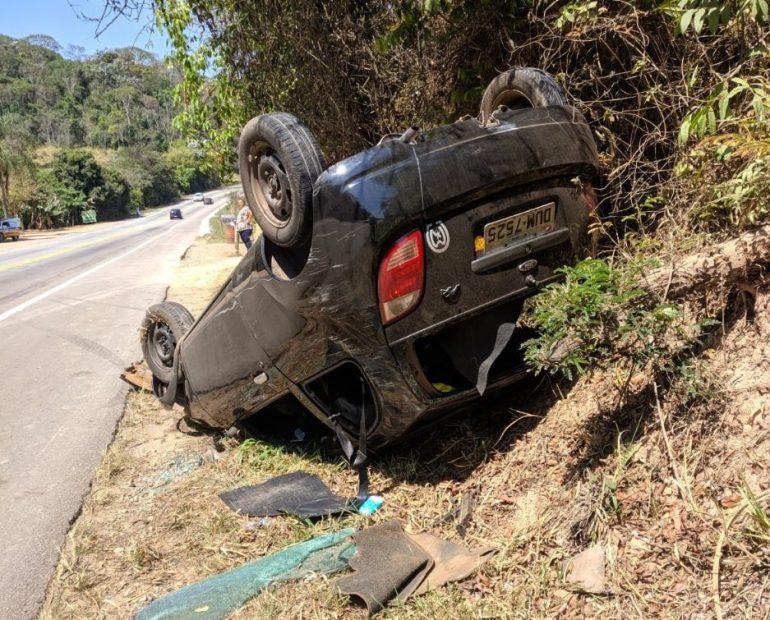 Carro capota e atinge mulher que andava às margens de rodovia na Ponte dos Machados