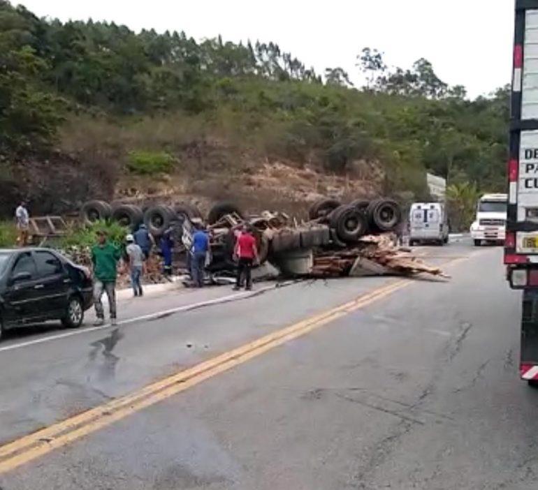 Carreta carregada com madeira tomba na BR-381 e deixa trânsito lento