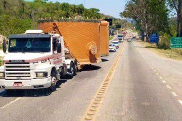 Carreta com carga excedente deixa trânsito lento em trecho da BR-381