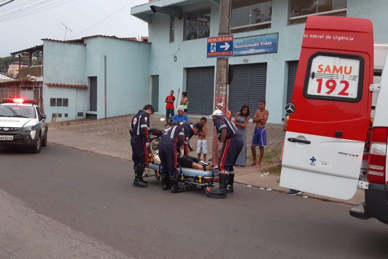 Piloto tem fratura ao bater moto contra poste no bairro Água Fresca
