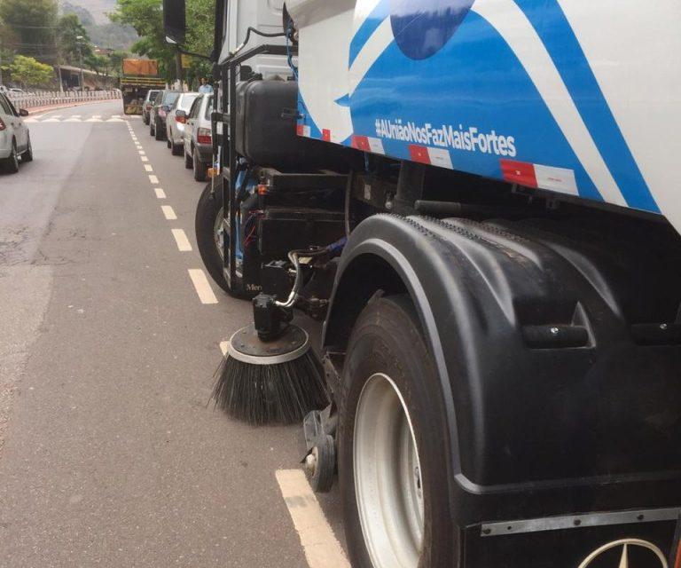 Itabira adota caminhão que varre e recolhe a sujeira das ruas da cidade