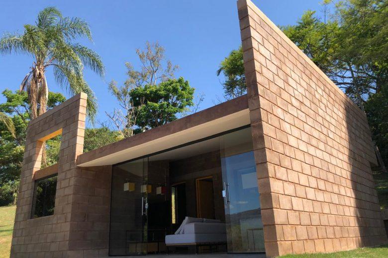 Casa construída com rejeitos de mineração é apresentada em Minas Gerais