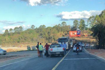 Colisão entre dois veículos congestiona o trânsito na BR-381