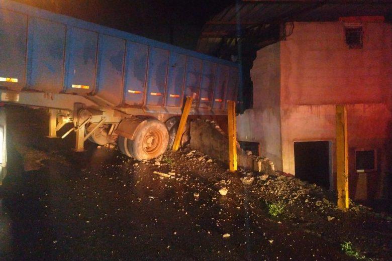 Carreta carregada com minério cai sobre casa em Monlevade