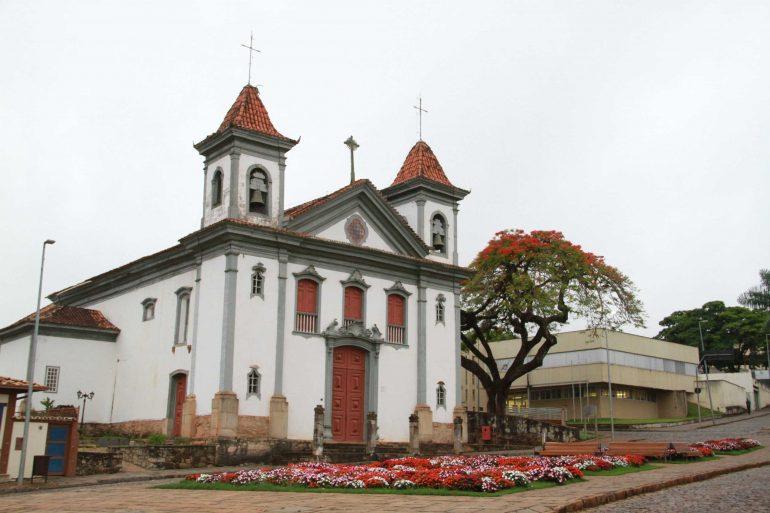 Santa Bárbara completa 315 anos com entrega de honrarias
