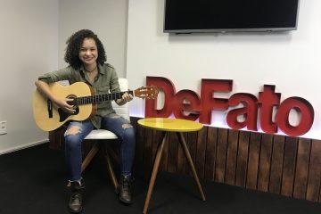 Grupo DeFato recebe visita de Rebeca Kennye, jovem talento da música