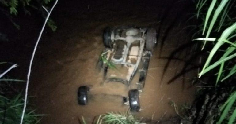 Jovem morre após capotar caminhonete e cair em rio de Nova Era