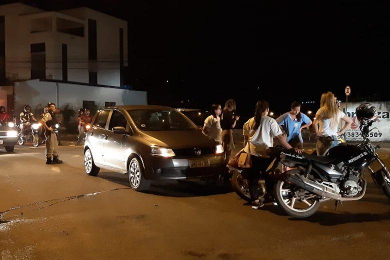 Colisão entre carro e moto deixa uma pessoa ferida em Itabira