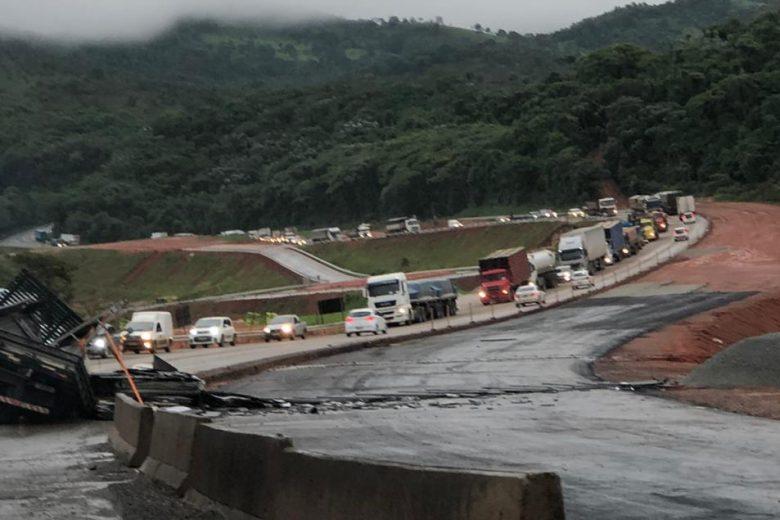 Acidente com caminhão causa congestionamentos quilométricos na BR-381