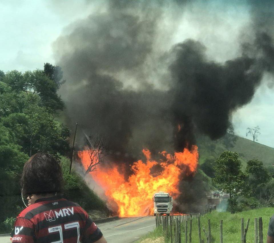 Uma pessoa morre em acidente com explosão de carreta na BR-381, em Nova Era