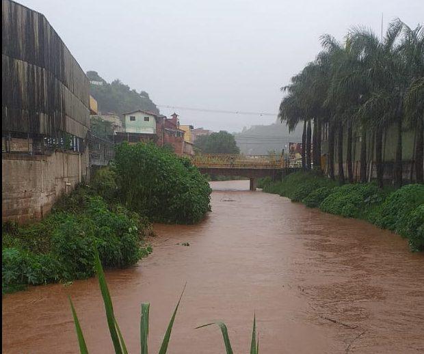 Cheia de rio causa tensão e moradores de Barão de Cocais temem inundação