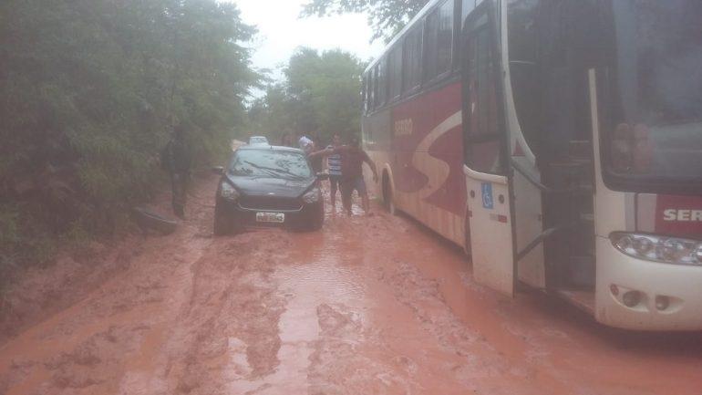 Motoristas ficam atolados em trecho entre Senhora do Porto e Dom Joaquim após chuvas fortes