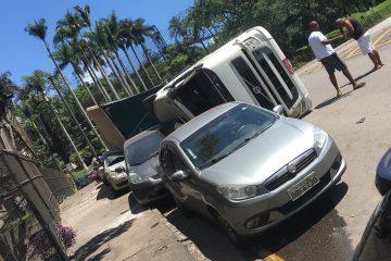 Carreta tomba e atinge quatro veículos em frente a ArcelorMittal Monlevade