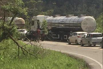 Colisão entre moto e caminhonete deixa três pessoas feridas na BR-381