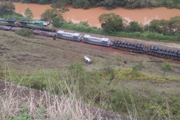Carro cai em ribanceira com mais de 30 metros de altura em Rio Piracicaba