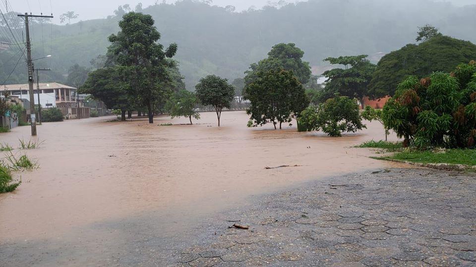Chuva em Santa Maria obriga moradores a abandonarem casas de botes