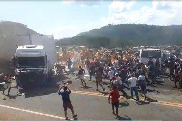 Vídeo mostra multidão avançando em carga de biscoito após destombamento de carreta