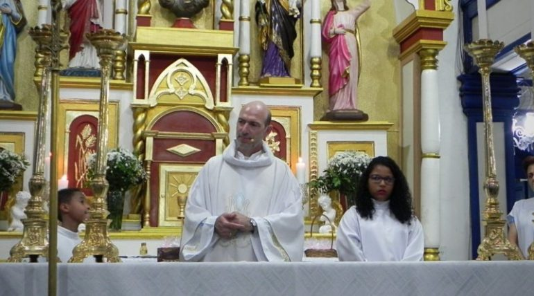 Fiéis homenageiam padre Flávio Assis, que deixará Itabira neste mês