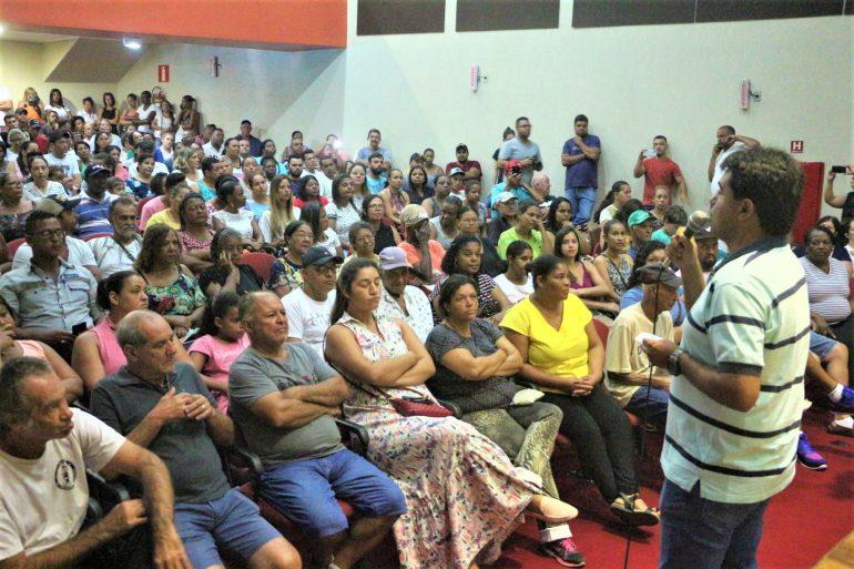 Prefeito de São Gonçalo garante eventos e responde a ataques durante entrega de subsídios