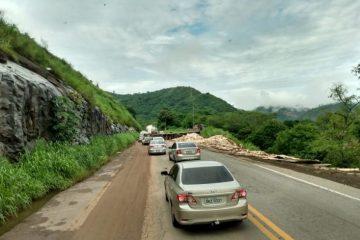 Carreta atravessa pista e deixa trânsito lento em trecho da BR-381 neste domingo