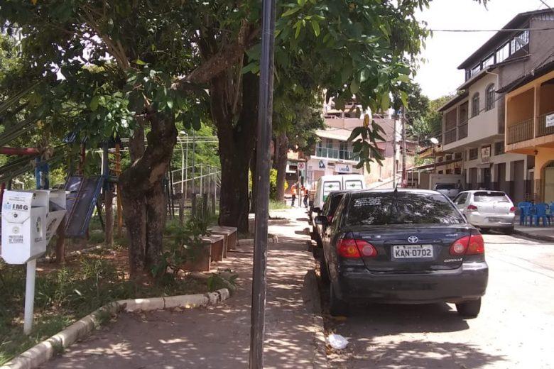 Estacionamento proibido na praça Geraldo Julião, no bairro Machado
