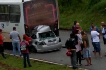 Carro fica destruído ao bater na traseira de ônibus na BR-040; veja vídeo