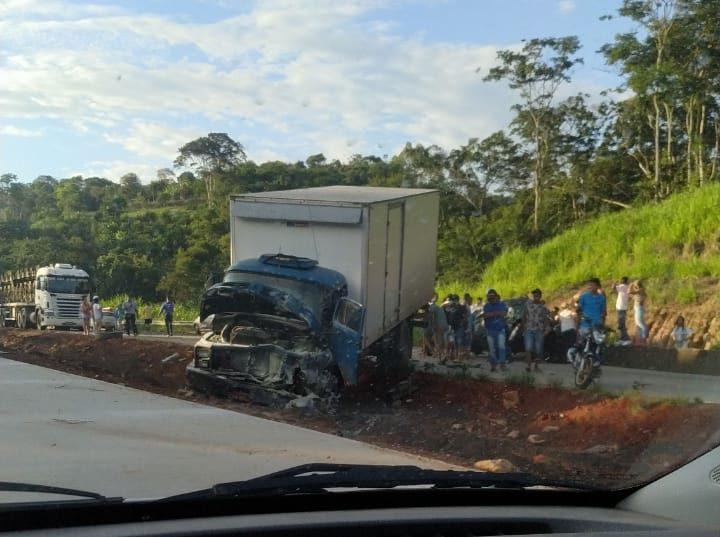 Acidente entre três veículos deixa trânsito lento na BR-381 nesta sexta-feira