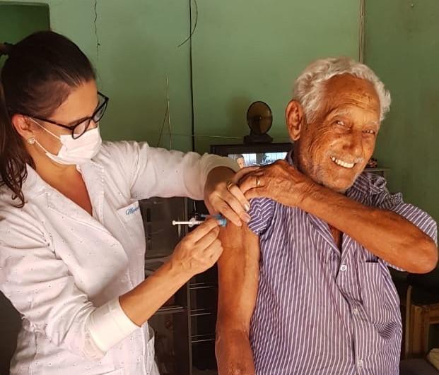 Mais de 300 idosos são vacinados em casa contra a gripe em São Gonçalo do Rio Abaixo