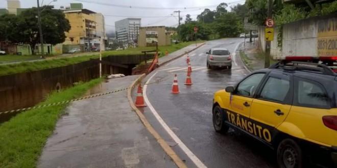 Trânsito é interditado na avenida Li Guerra, em Itabira