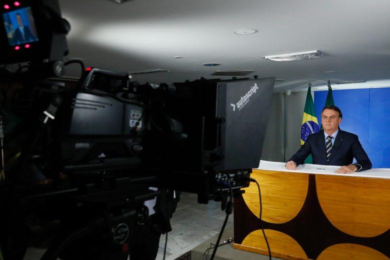 """""""Orientação será de isolamento vertical, conversarei com Mandetta"""", diz Bolsonaro"""