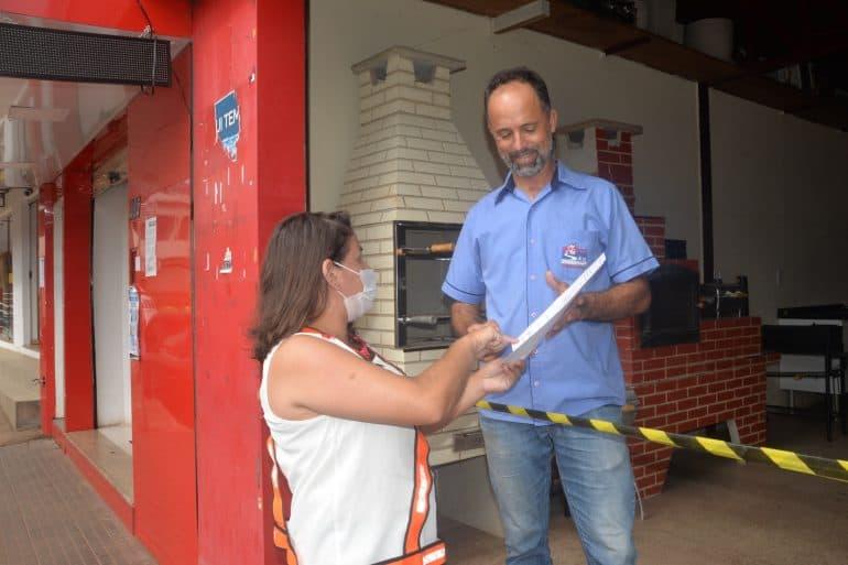 Agentes de combate ao coronavírus orientam comerciantes em São Gonçalo