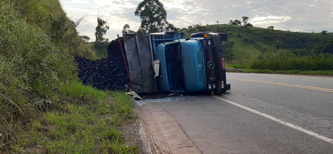Caminhão carregado com carvão tomba em São Gonçalo