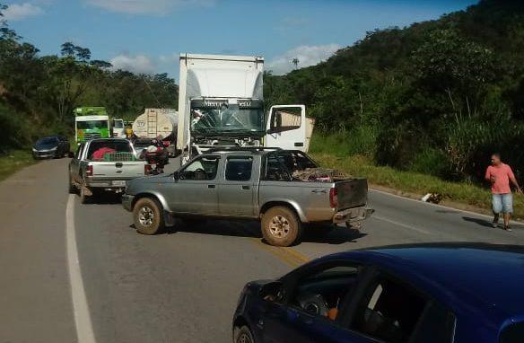 Acidente com carreta e carros faz vítimas e trava trânsito na BR-381