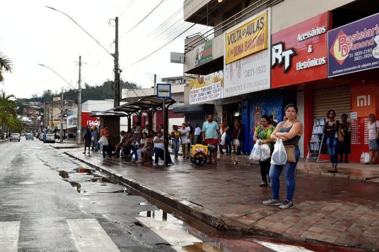 Primeira segunda-feira do mês lota ruas de Itabira, apesar de recomendação pelo isolamento