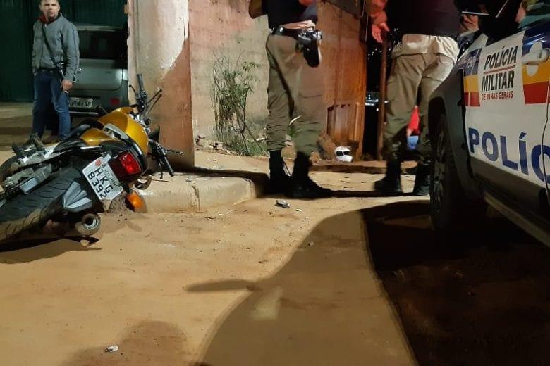 Homem em moto furtada bate em poste, deixa arma cair e foge