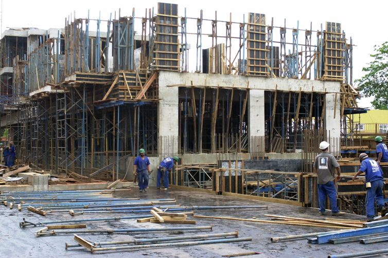 Alta nos preços dos materiais de construção ameaça obras públicas