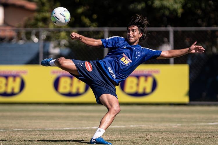Jogadores do Cruzeiro realizam atividades de 'movimentos de jogo' com bola; veja fotos