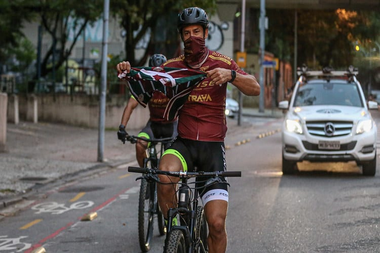 Fred chega ao Fluminense de bicicleta, assina até julho de 2022 e já está no BID