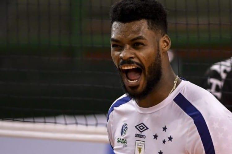 Cruzeiro anuncia renovação com o central Isac