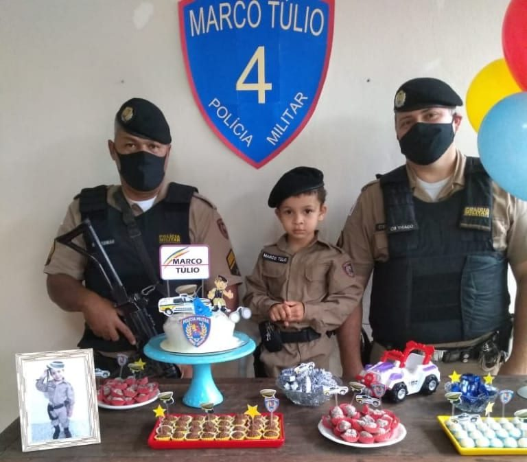 Policiais participam de festa temática de menino que sonha ser PM