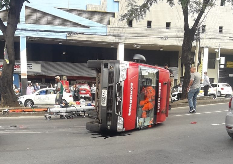 Viatura dos bombeiros capota durante atendimento e deixa militares feridos
