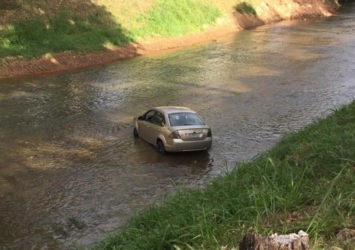 Motorista atropela criança e cai em rio em Santa Maria de Itabira