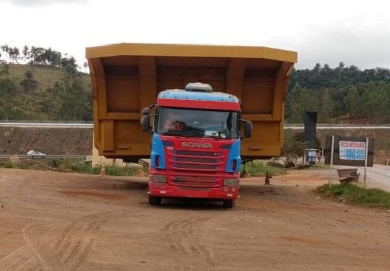 Transporte de peça gigante deixa o trânsito parcialmente interditado entre Barão e Catas Altas