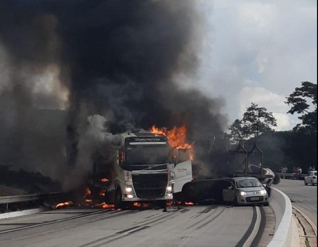 Acidente provoca incêndio e fecha BR-381; VEJA IMAGENS