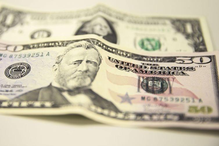 Dólar sobe no dia, mas encerra julho com maior queda mensal do ano